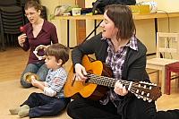 éneklés gitárral és hangszerekkel a bölcsis BEBE ANGOL-on