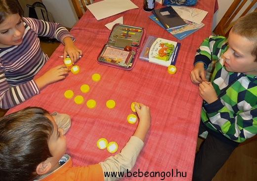 memóriajáték házilag műanyag kupakból játékos angolozáshoz