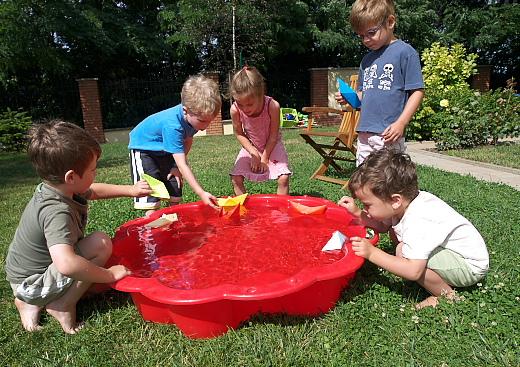 úsztatják a színes papírhajókat a gyerekek