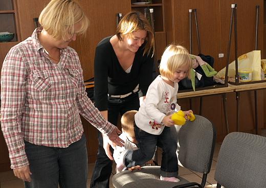 játszanak és énekelnek a gyerekek az angol foglalkozáson
