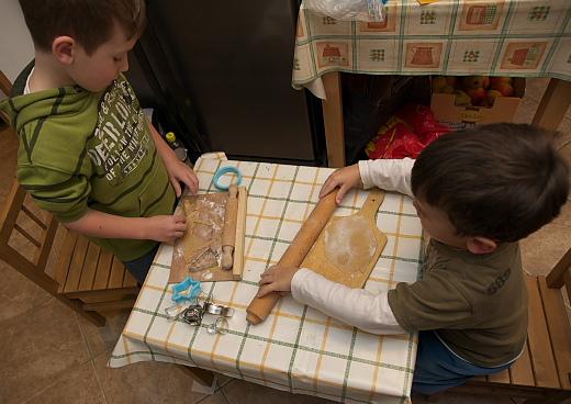 a gyerekek készítik a mézeskalácsokat